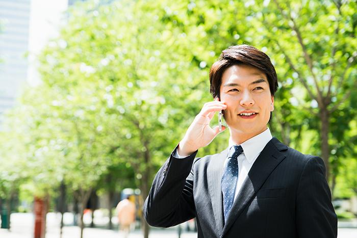 男性が電話で打ち合わせをしている写真